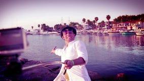 En gladlynt man tar enbild av honom medan på en exotisk semester stock video