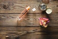 En glasflaska med doft, torkar rosa, tappningrova arkivbilder