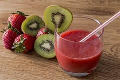 En glass jordgubbe av jordgubbefruktsaft med kiwin Arkivbilder
