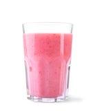 En glass krus med en härlig rosa färg skakar Genomskinligt exponeringsglas med en ljus rosa färg dricker från söta jordgubbar Royaltyfri Foto