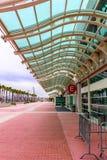 En glass markis över en trottoar för röd tegelsten Royaltyfri Bild
