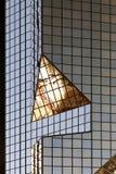 En glass modern byggnad med geometrisk vinklar och reflexion Arkivbild