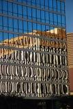 En glass skyskrapa och stads- reflexioner Arkivbilder
