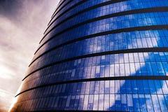 En glass skyskrapa på en bred vinkel Fotografering för Bildbyråer