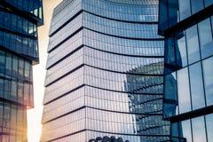 En glass skyskrapa på en bred vinkel Royaltyfri Bild