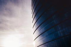 En glass skyskrapa på en bred vinkel Royaltyfri Foto