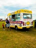 En glassskåpbil med en fostra och barnkunder Royaltyfri Bild