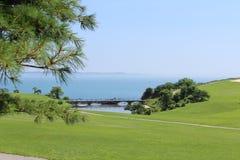 En golfbana nära stranden Arkivfoton