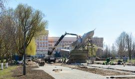 En Gomel, el Su-24 fue instalado El monumento se coloca en la avenida de Rechitsky delante del edificio principal del t?cnico foto de archivo libre de regalías