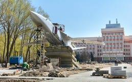 En Gomel, el Su-24 fue instalado El monumento se coloca en la avenida de Rechitsky delante del edificio principal del t?cnico imagen de archivo libre de regalías