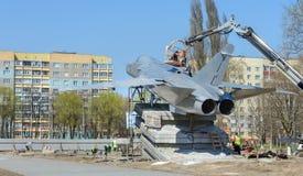 En Gomel, el Su-24 fue instalado El monumento se coloca en la avenida de Rechitsky delante del edificio principal del t?cnico imagen de archivo
