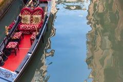 En gondol väntar på turisten i Venedig, Italien Arkivbild