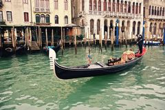 En gondoljär som styr en gondol på en av de många kanalerna i Venedig Royaltyfria Foton