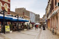 En gränd i den gamla staden av Porec Arkivfoto