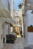 En gränd i den gamla staden Cisternino Arkivfoto