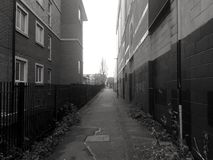 En gränd i svartvitt Arkivfoto
