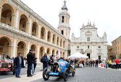 En gräns - blåa Bugatti T13 Brescia tagande särar till Miglia det klassiska billoppet 1000 Fotografering för Bildbyråer