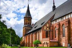 En gränsmärke av domkyrkan för forntida stad under den molniga himlen bland de gröna träden fotografering för bildbyråer