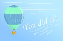 En gräsplan och en blå ballong för varm luft flyger i himlen Flugor i en ballong för varm luft Royaltyfri Bild