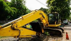 En grävskopa i mitt av vägfotoet som tas i Semarang Indonesien arkivbilder