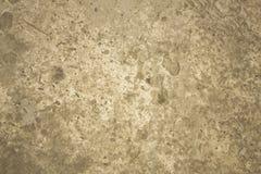 En grå konkret yttersida med djupa skada, bulor och skrapor ungefärlig textur arkivbilder