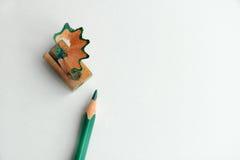 En grön blyertspenna med vässaren royaltyfri illustrationer