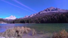 En grön sjö med två höga berg i bakgrunden arkivfilmer