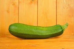 En grön zucchini Arkivfoto