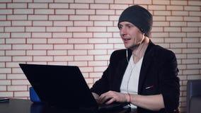 En grabb använder en bärbar dator stock video