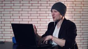 En grabb använder en bärbar dator arkivfilmer