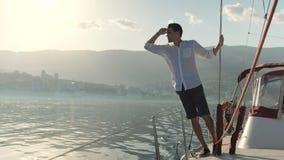 En grabb går på fartyget lager videofilmer