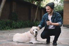 En grabb med en hund royaltyfri bild