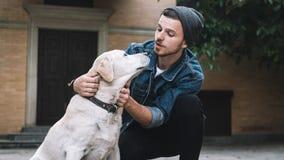 En grabb med en hund royaltyfri foto