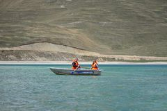 En grabb och en flicka i en lifejacket på ett fartyg Royaltyfri Fotografi