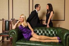 En grabb och två flickor i rummet royaltyfria bilder
