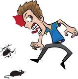 En grabb som skrämmas av mus och spindel Arkivfoto