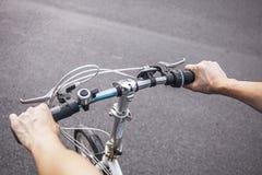 En grabbridning och pendling på hans cykel med rörelse royaltyfri bild
