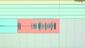 En graf av solida vågor av en inspelning av sången i en ljudsignalinspelningstudio, reflekterar på en bildskärm arkivfilmer