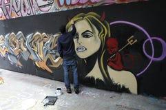 En grafittikonstnär på arbete Royaltyfria Foton