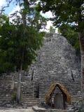 En gran parte pirámide maya de Unrenovated en Coba, México Imagen de archivo