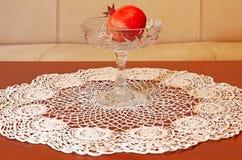 En granatäpple på tabellen royaltyfri bild