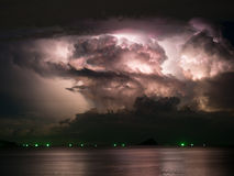 En grande partie nuageux avec la tempête de foudre à l'intérieur Image libre de droits