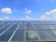 En grande Sistema solar de la calefacción por agua en el tejado del hospital imágenes de archivo libres de regalías