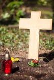 Trä korsa på grav Fotografering för Bildbyråer