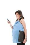 En gravid kvinna som texting Royaltyfri Bild