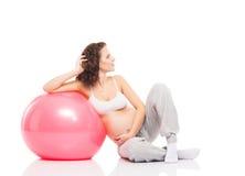 En gravid kvinnautbildning med en konditionboll fotografering för bildbyråer