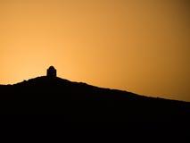 En gravvalv på solnedgången tillsammans med floden nile arkivfoton