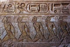 En gravyr på väggen som leder in i den stora templet av Ramses II på Abu Simbel i Egypten arkivfoton