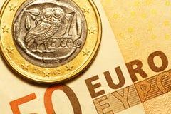 En grekisk mynt för euro och sedel för euro 50 Arkivfoto