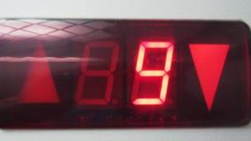 En gros plan - des chiffres rouges d'ascenseur sont comptés vers le bas banque de vidéos